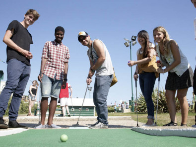 Студенты Embassy English Hastings на игре в гольф