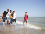Студенты Embassy English Hastings на пляже