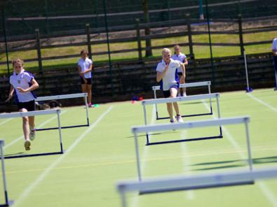 Студенты badminton school занимаются бегом