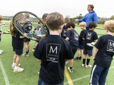 Студенты Monkton Combe School играют в теннис