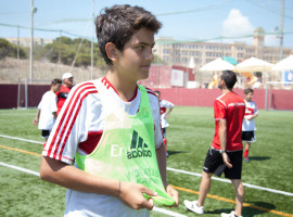 Студенты ESE Milan Junior Camp на футбольном поле